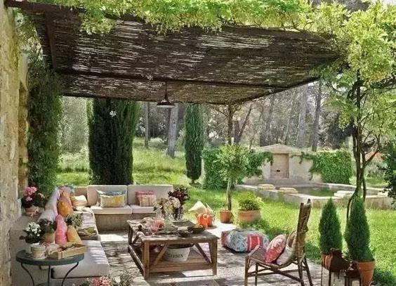 欣赏庭院设计中廊架下的浪漫风景